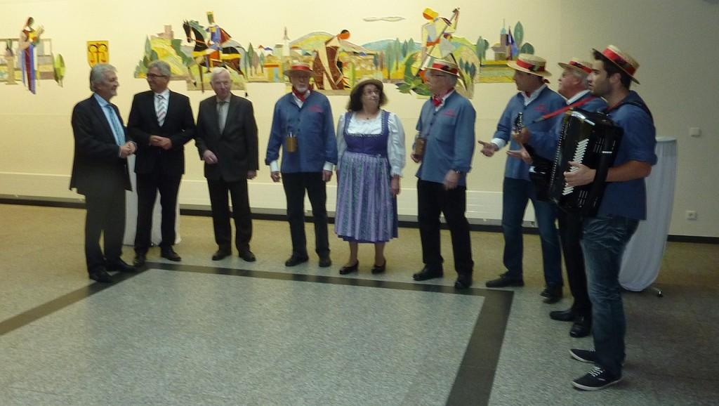 Begrüßung von Minister Roger Lewentz durch die Schoppesänger; Foto: Birgit Bauer